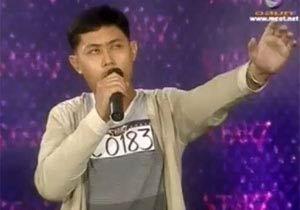 歌を歌い上げるタイの男性