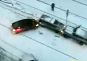 雪道の恐怖!滑って次々ぶつかる車