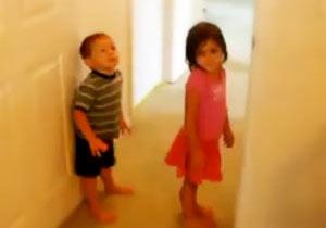 幼い姉弟の壁上り