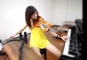 3つの楽器を同時に弾きこなす台湾の美女