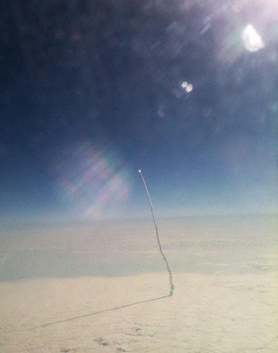 飛行機の窓から見えたスペースシャトル