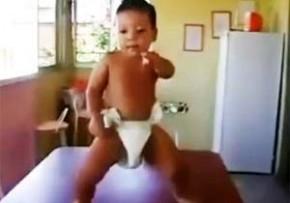 おむつの赤ちゃんがノリノリダンス