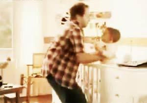 ミルクが飲みたい赤ちゃんと迷走するパパ