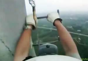 電波塔によじ登る人