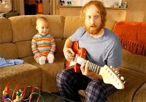 ギターリフを弾きこなす赤ちゃん