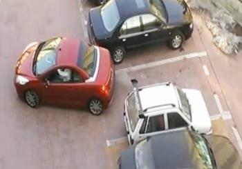 駐車スペースを横取りされた車に横付け