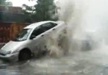 水道管の水が噴出し車を押し上げる