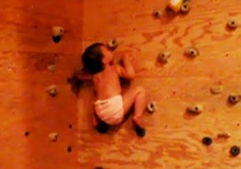 ボルダリングをする赤ちゃん