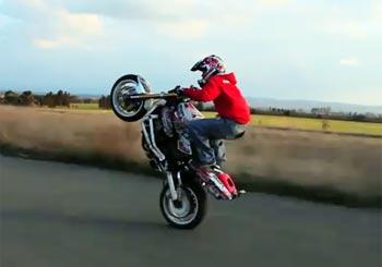 危険なバイクスタント