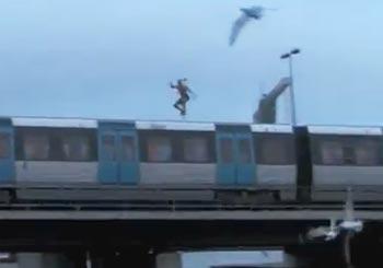 電車から川へダイブする人