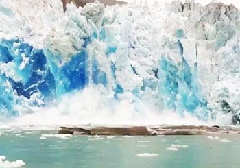 氷山が崩れ落ちる瞬間