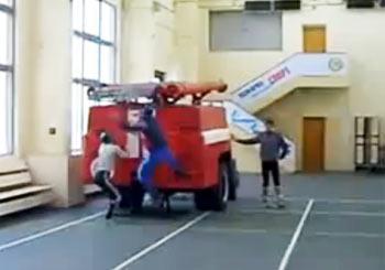 消防車のはしご組み立て訓練