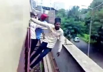 インド人の危険なトレイン・サーフィン