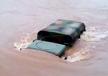 増水した場所を進むトラック