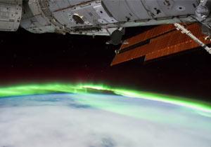 夜の地球とオーロラ