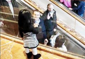 エスカレーターで手を振る女の子