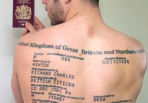 背中にパスポート