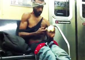 地下鉄でクリームを塗る男