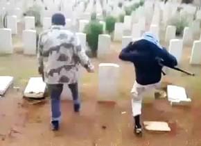 武装集団が墓地を破壊