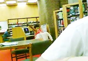 図書館でノリノリな女