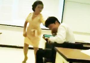 無言で学生の携帯を破壊する先生