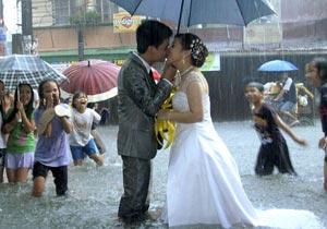 洪水の中で結婚式を挙げる二人