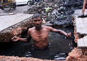 インドの下水清掃員