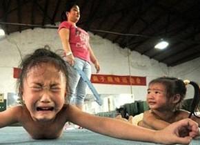 体操競技の過酷な練習風景…将来のメダリストを目指す中国の子供たち