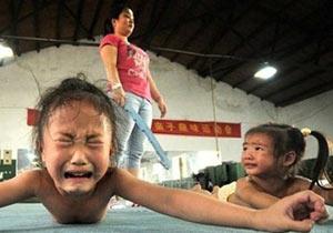 過酷な練習に耐える子供たち