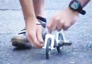 携帯型ミニ自転車に乗る
