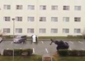 沖縄を襲った猛烈な台風。車が吹き飛ばされる瞬間の映像