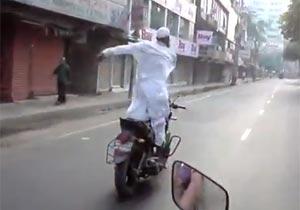手放しでバイクに乗るおじさん