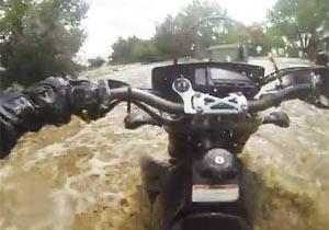 洪水に流されるライダー
