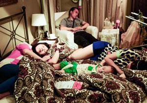 中国イケアで昼寝する人々