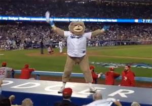 大リーグの試合中に踊るクマ男