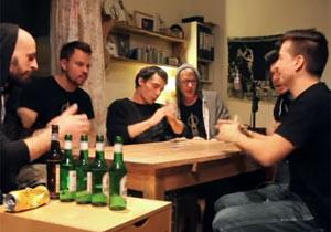 食卓を囲んで生演奏するドイツのバンド