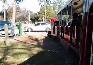 公園の汽車ポッポが車と衝突