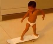 オムツがまぶしい2歳児のスケボー