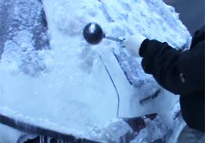 車の氷をハンマーでぶっ叩く