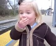 生まれて初めての列車に大興奮