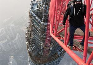 建設中のビルに登るロシア人