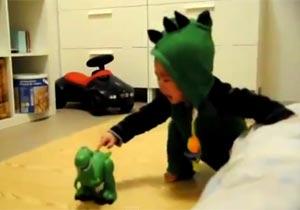 恐竜のおもちゃに超ビビりなベビー