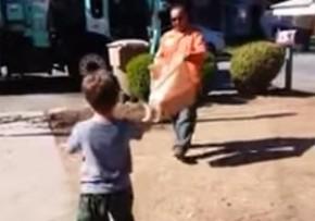 ゴミ収集の様子をいつも見ていた自閉症の少年に、収拾車のおじさんがとった粋な行動