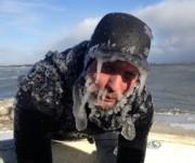 顔面凍る真冬のサーフィン