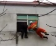 窓から落ちそうな女性をキャッチ