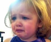 曲を聴いて感動して泣く赤ちゃん
