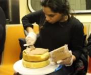 地下鉄でケーキを作る女性