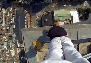 ビル屋上の際で逆立ち