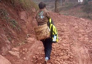 往復合計29km息子を背負って学校へ