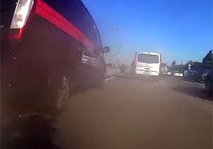高速道路の路肩を猛スピードで